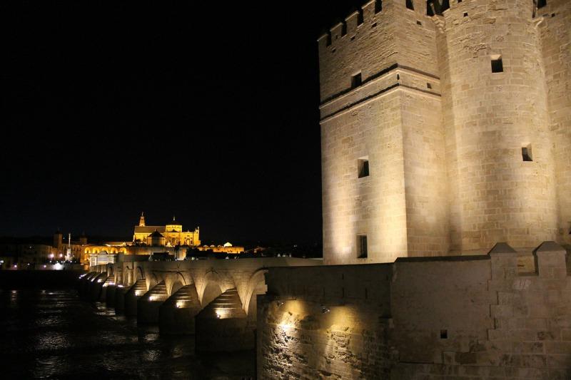 Puente romano y torre de calahorra en Córdoba